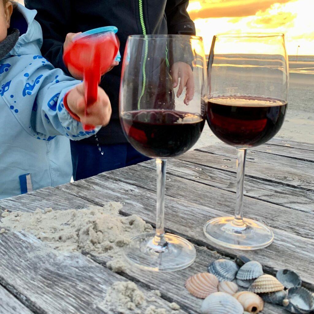 Kinder und Wein am Strand